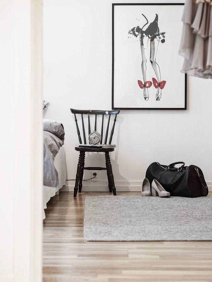 Muebles en lugares imposibles sillas como mesitas de noche - Mesitas de noches ...