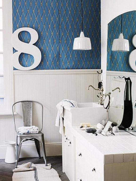 Muebles en lugares imposibles sillas en el ba o - Banos en azul y blanco ...