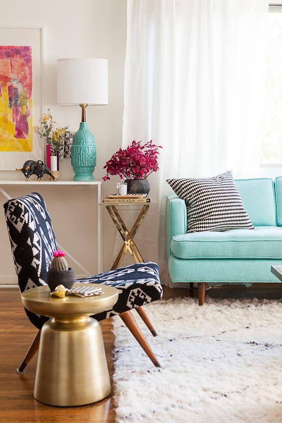 apartamento con mesas doradas y lámparas de mesa vintage