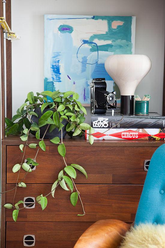 rincón con plantas y lámpara de sobremesa