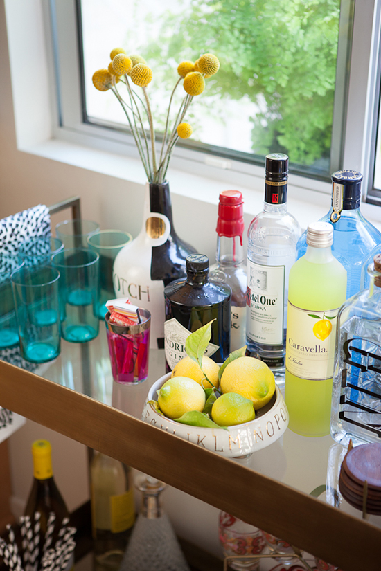 mesa auxiliar detalle con bebidas