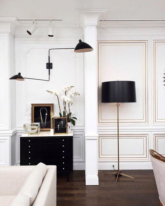 lampara aplique de pared Serge Mouille de dos brazos en salón en tonos blancos y negros
