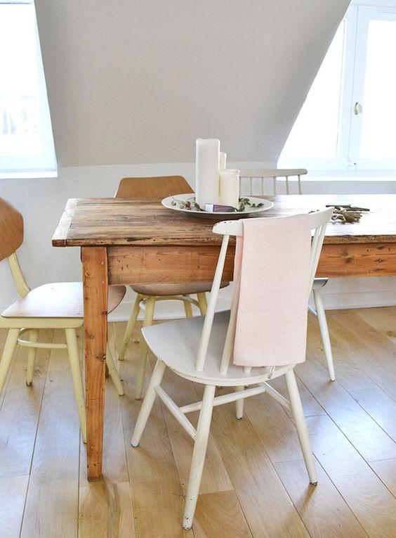 silla Fanett blanca vintage combinada con otros modelos de sillas