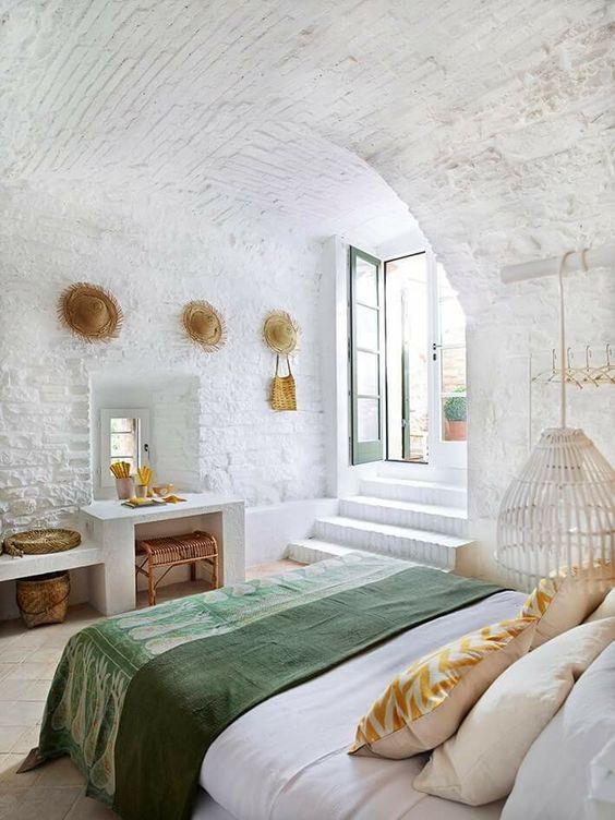 dormitorio blanco con decoración mediterránea
