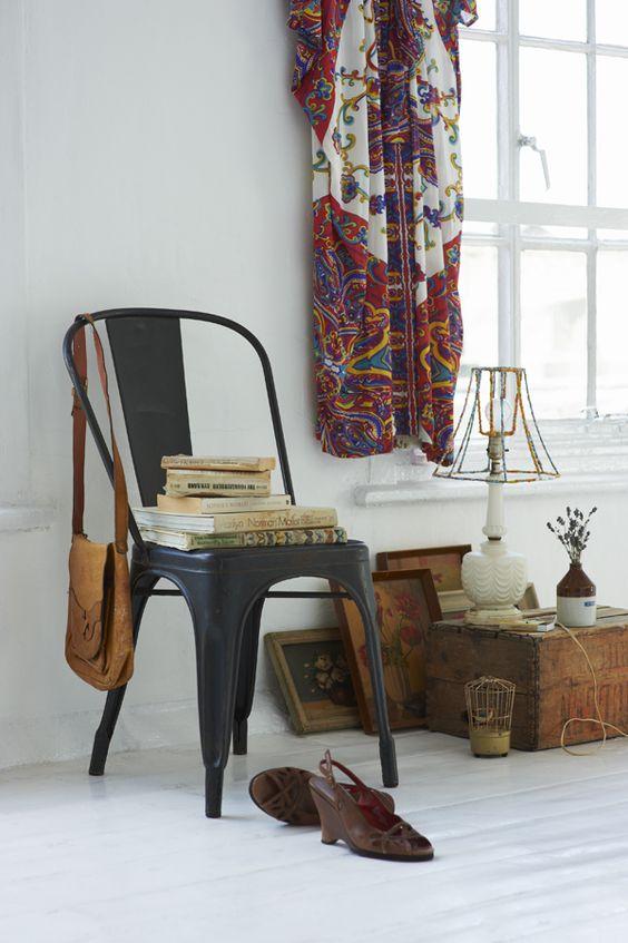 silla metálica vintage en dormitorio