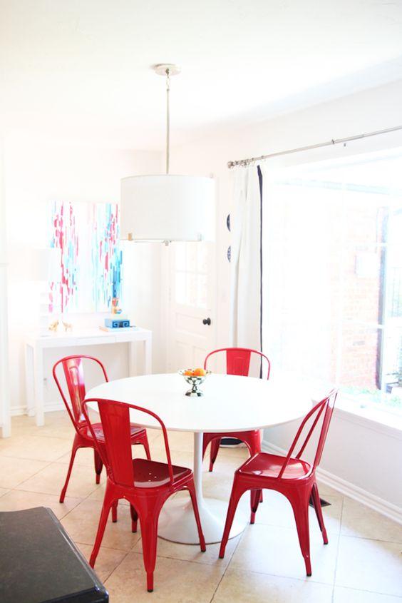 salón con sillas metálicas rojas vintage