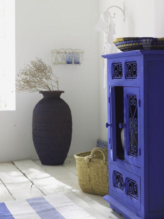 decoración interior en clave azul y blanco mediterránea