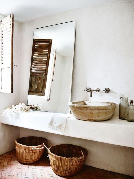 baño blanco decorado al estilo mediterráneo