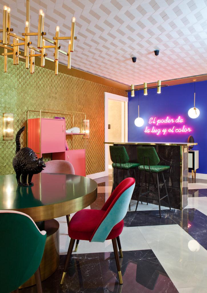 lámparas de techo doradas en interior de Guille García-Hoz