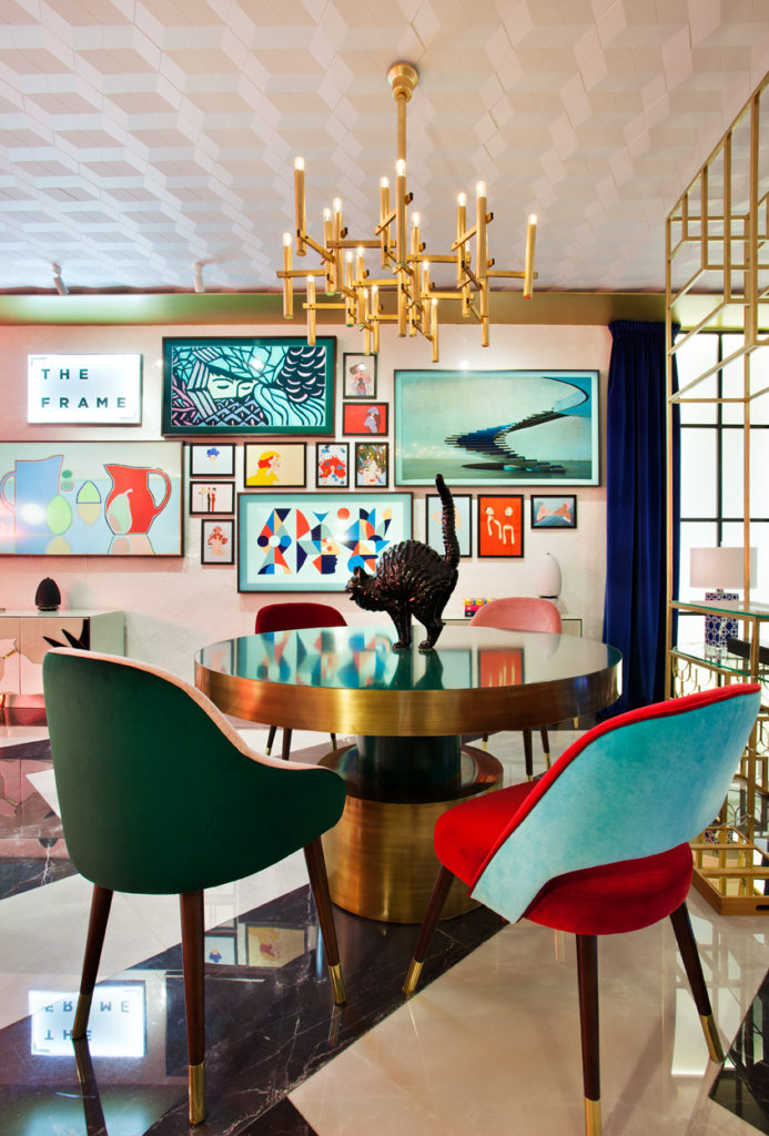 Interior con lámpara dorada y muebles Mid Century de Guille García-Hoz