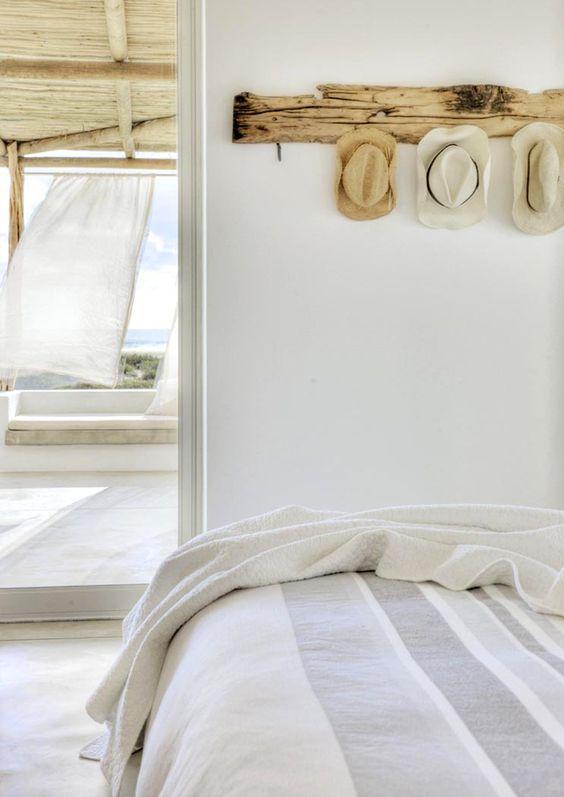 dormitorio blanco con elementos de decoración de aire mediterráneo