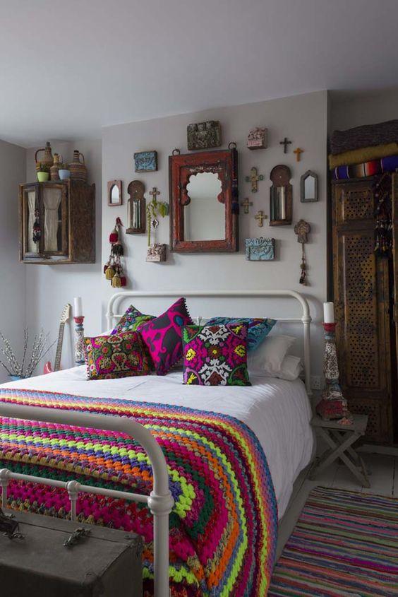 decorar con cojines un dormitorio. Textil y cojines llenos de colorido.