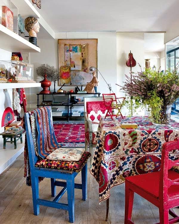 textiles, sillas y mesa vestidas con estilo bohemio