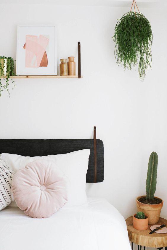 dormitorio con cojines y textil blanco y rosa