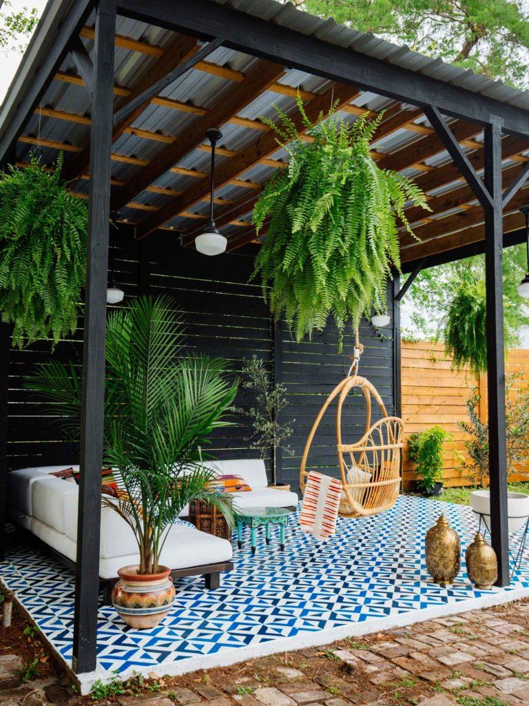 decorar tu patio con plantas, mesas bajas y cojines