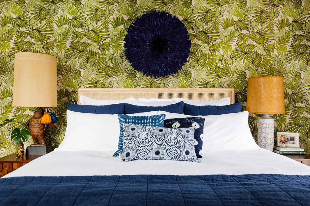 dormitorio con cojines y textil azules