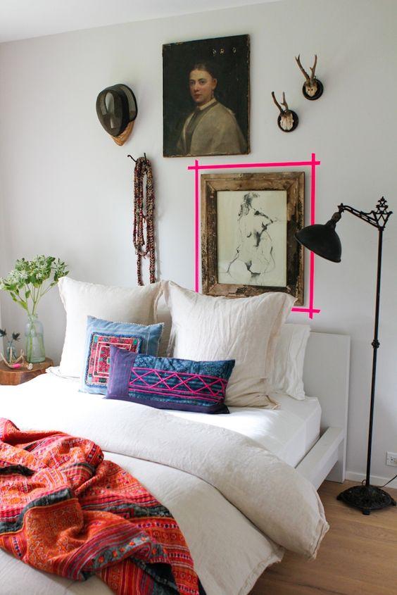 dormitorio con cojines y textil azules y fucsias