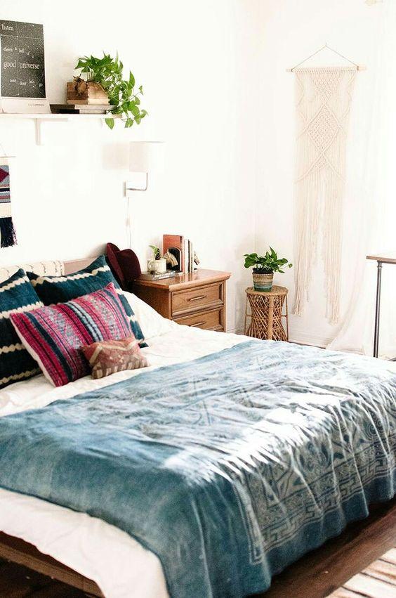 dormitorio con cojines multicolores