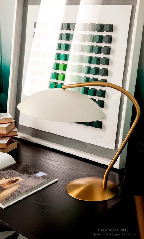 lámpara de escritorio estilo Mid Century dorada y blanca de IconsCorner