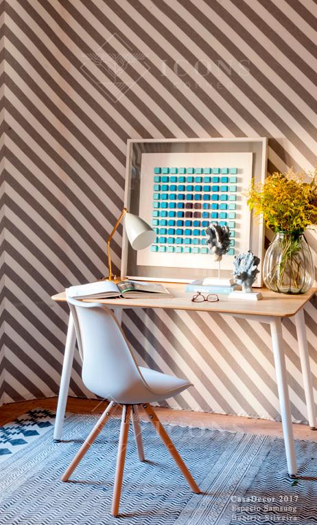 lámpara de escritorio estilo Mid Century dorada y blanca sobre escritorio con silla de diseño nórdico blanca de IconsCorner
