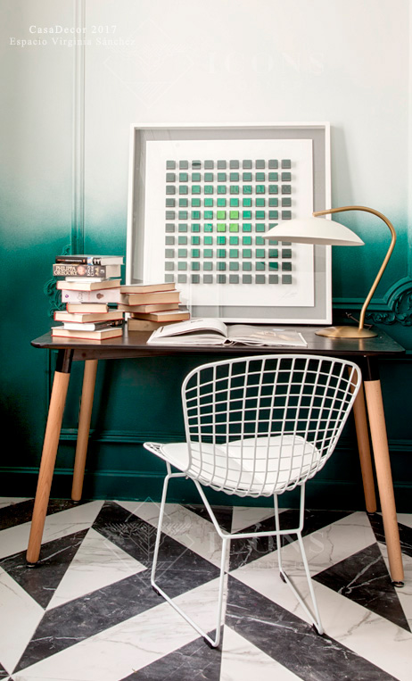 lámpara de escritorio estilo Mid Century dorada y blanca de IconsCorner. Escritorio y silla Bertoia