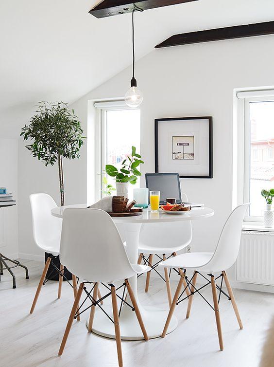 sillas de diseño blanco en comedor estilo nórdico