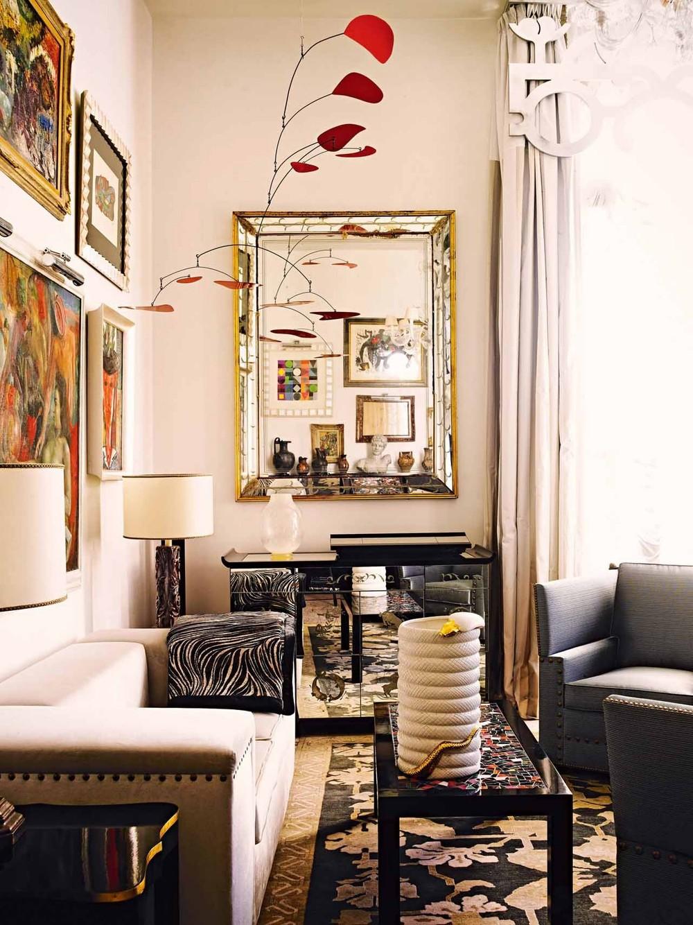 Colgante móvil estilo Calder acoplado en decoración en salón.