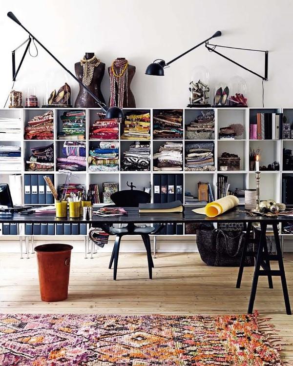 estudiode diseño textil iluminado con lámparas de pared Paolo Rizzatto negras