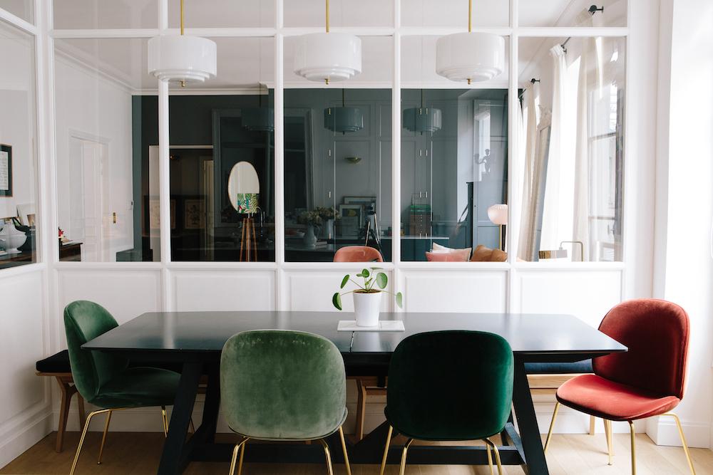conjunto de sillas de comedor rojas y verdes