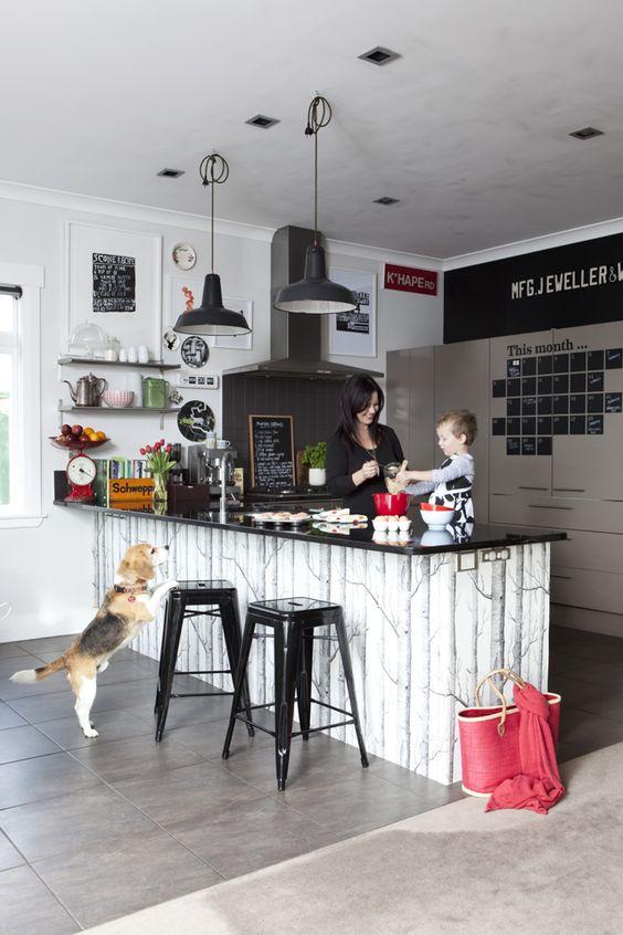 Barra de cocina con dos taburetes metálicos negros tipo Tolix