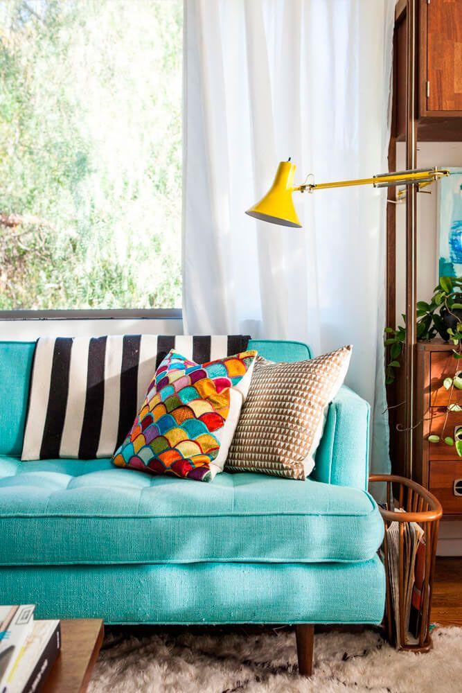 sillón con cojines multicolores