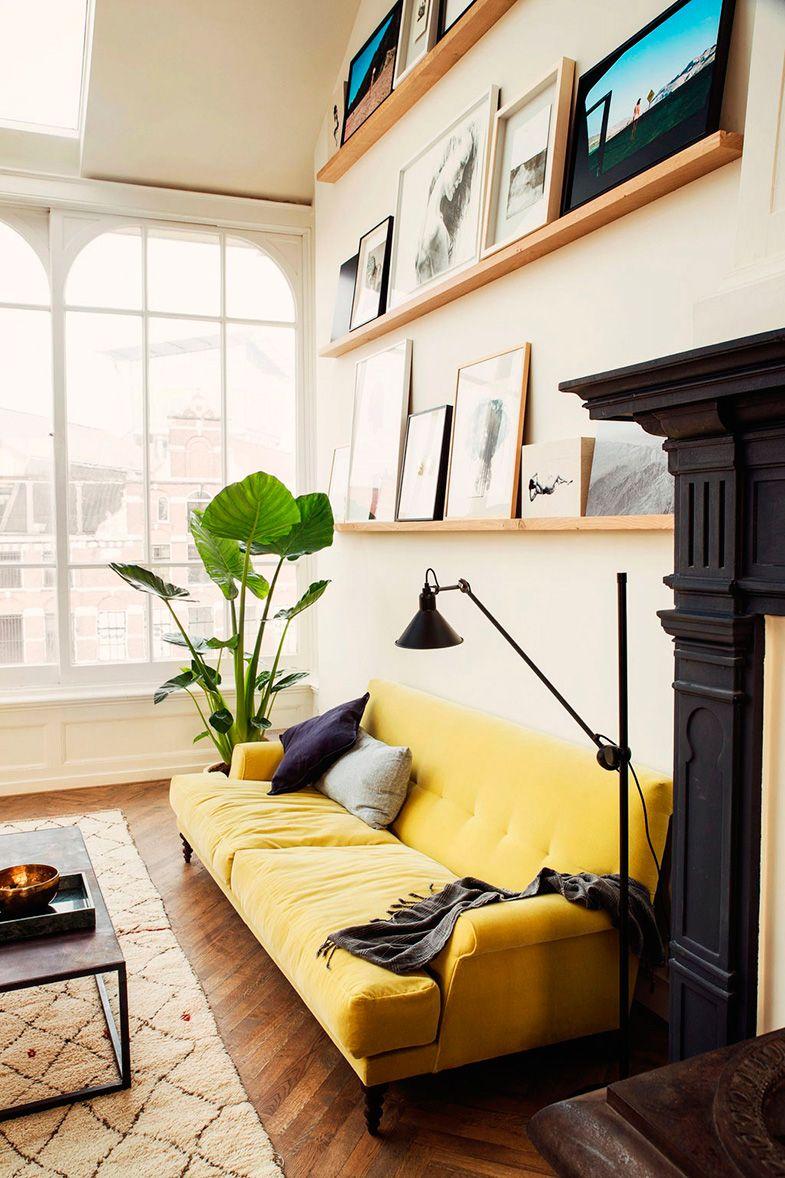cojines púrpura y gris sobre sofá amarillo