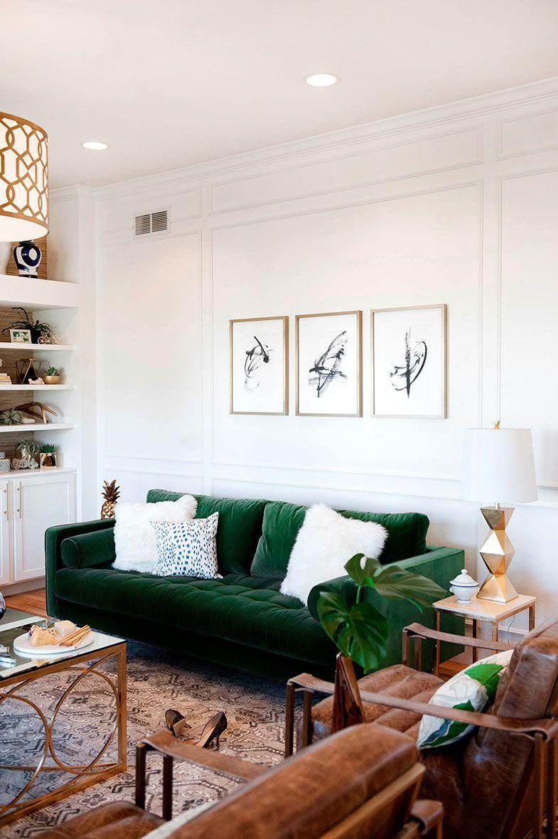 cojines blancos y verdes sobre sofá de color verde