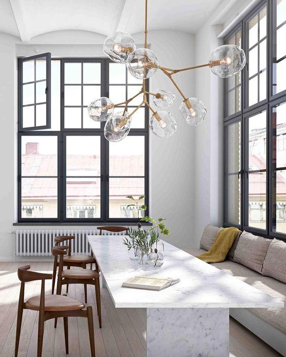 salón luminoso con lámpara de techo de diseño tipo Lindsey Adelman