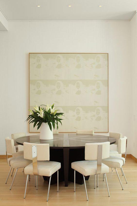 sillas de diseño blancas en salón contemporáneo