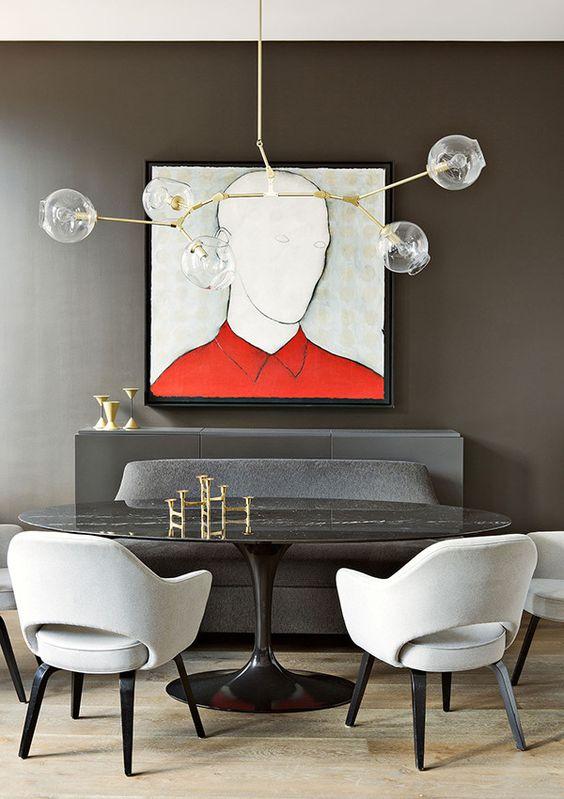 Lámpara de techo de diseño con cuadro al oleo al fondo