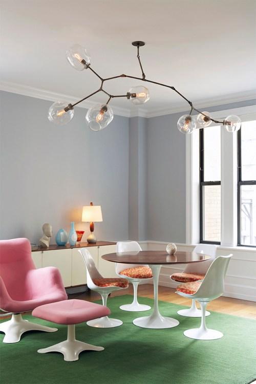 Lámpara de techo tipo Lindsey Adelman en salón nórdico