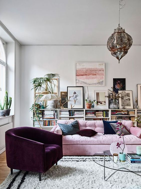 salón de estilo ecléctico en tonos púrpuras, rosas y neutros grises