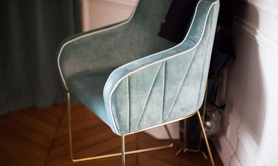 butaca de terciopelo verde en apartamento parisino, detalle