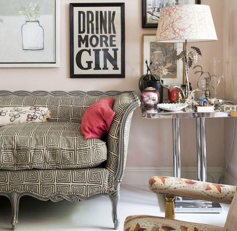 mobiliario ecléctico con lámpara de mesa en tonos crema y grises