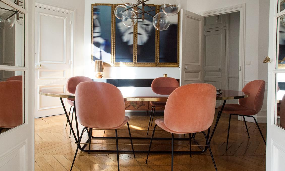 Interior con sillas de terciopelo en apartamento parisino