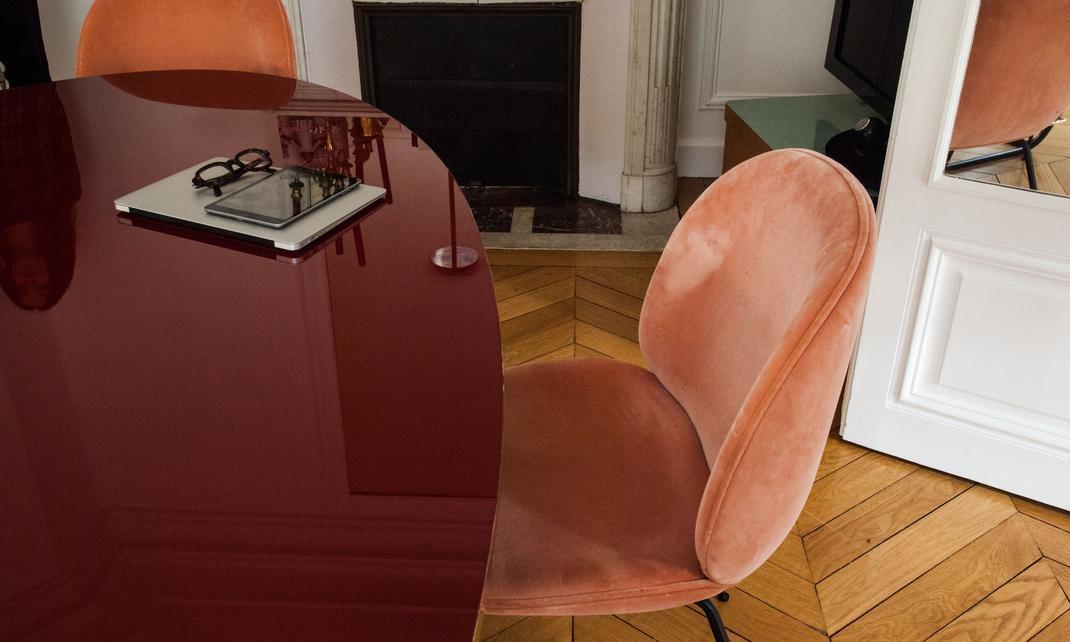Detalle de respaldo de sillas de terciopelo en apartamento parisino