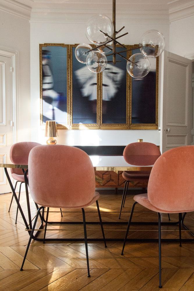 Interior con sillas de terciopelo en apartamento parisino y lámpara Mid-Century