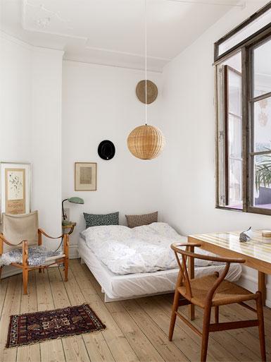 dormitorio con silla wishbone ch24 en escritorio
