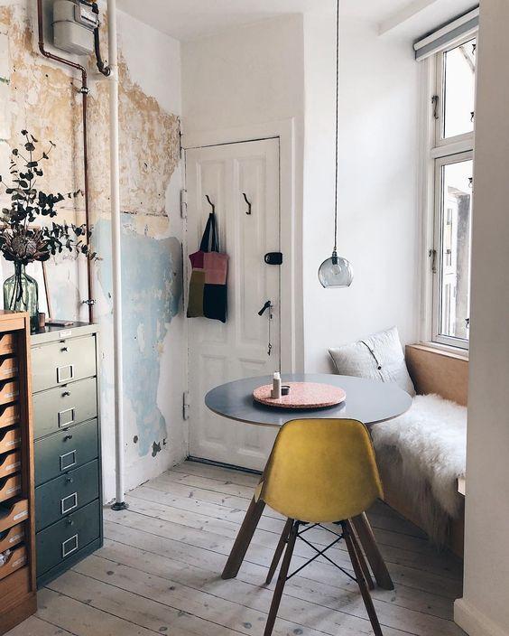 Mesa con silla de estilo Eames en ambiente nórdico