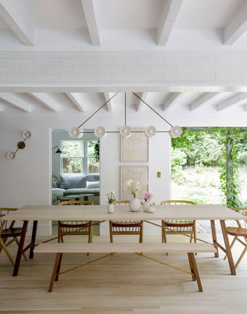 Salón de casa de verano decorado en colores claros