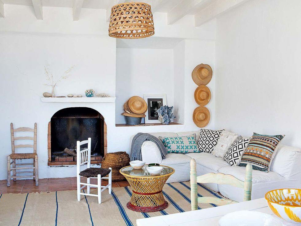 salón casa tradicional junto a la playa decorada al estilo mediterráneo